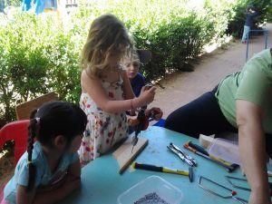 ממאפייני הגיל זה לעשות כמו הגדולים. הילדים בגן מתנסים בעבודת נגרות עם כלי עבודה אמיתיים מסור, פטיש, מברגה חשמלית, מברג וכדומה